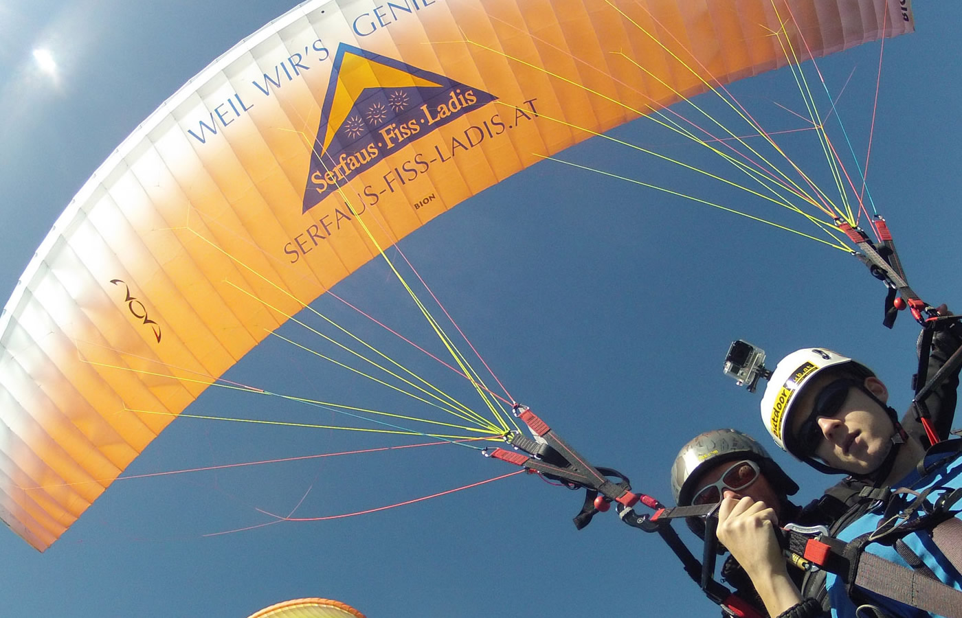 Paraglider in Fiss, Tirol. Tandemfliegen über dem Hotel Natürlich in Fiss.