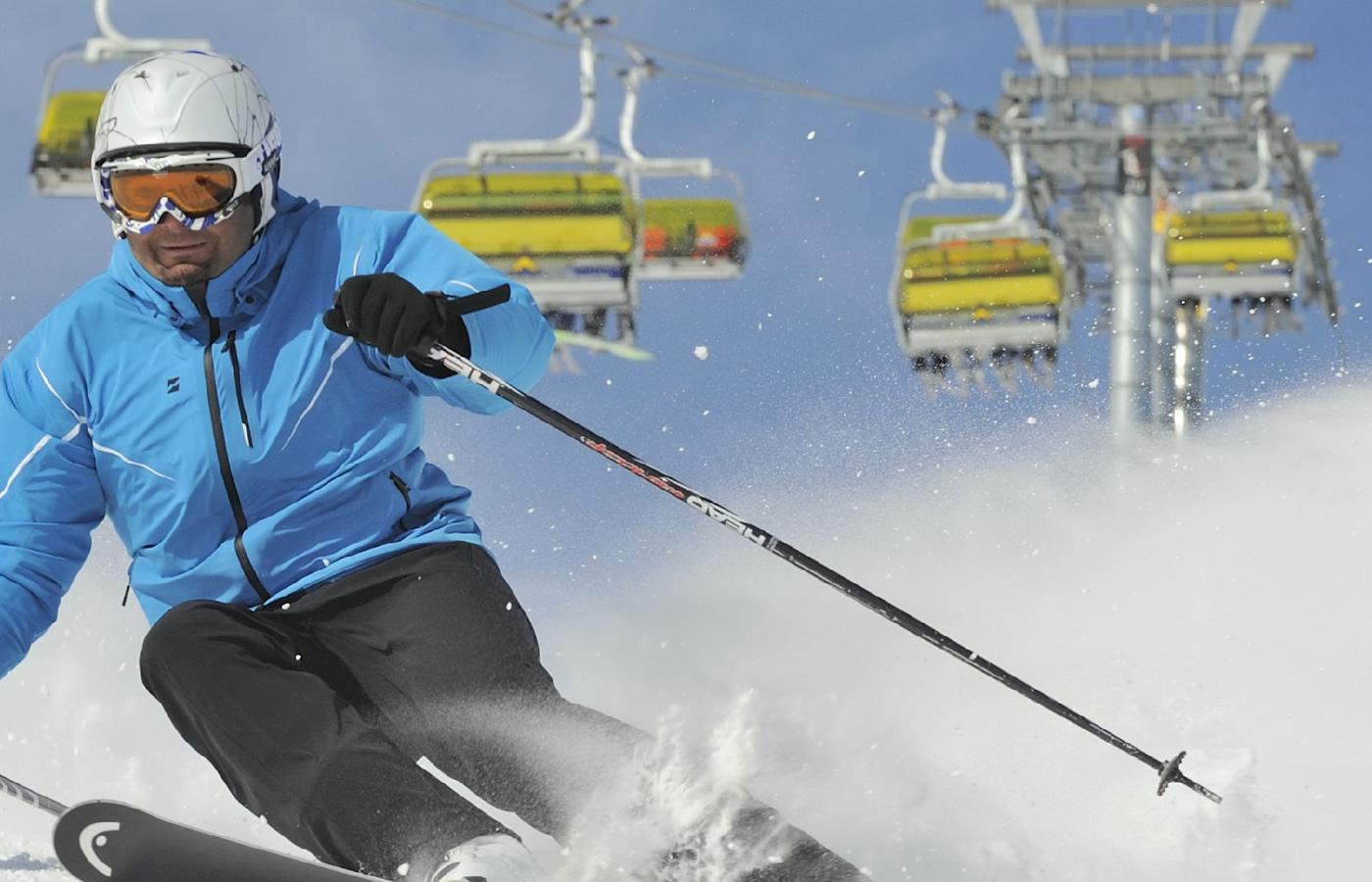 Skifahrer unter der Sattelbahn in Fiss, Tirol.