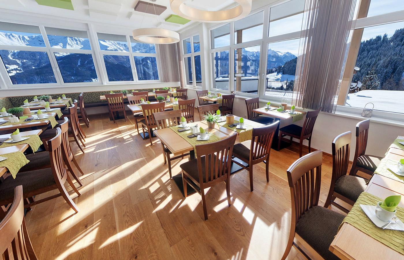 Frühstücksraum des Hotels. Panoramablick im Winter.