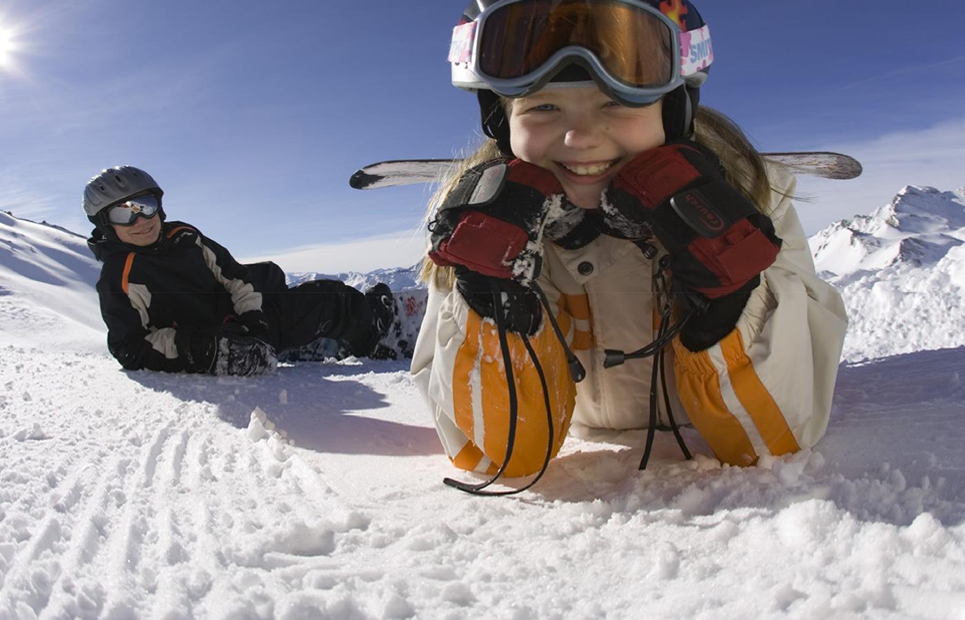 Kinder Snowboarden in Serfaus-Fiss-Ladis in Tirol - Österreich.