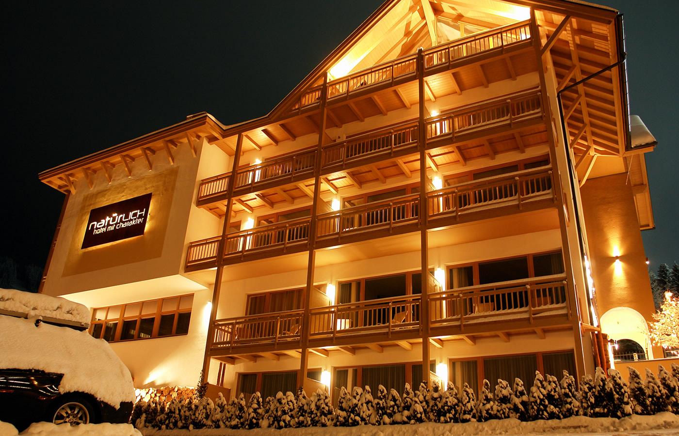 Nacht-Süd-Ansicht des Hotels. Natürlich in Serfaus-Fiss-Ladis.