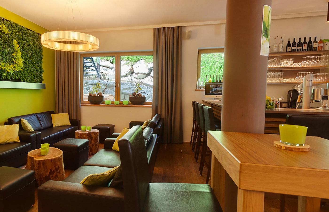 Lounge und Bar im Natürlich. Hotel in Tirol, Österreich.