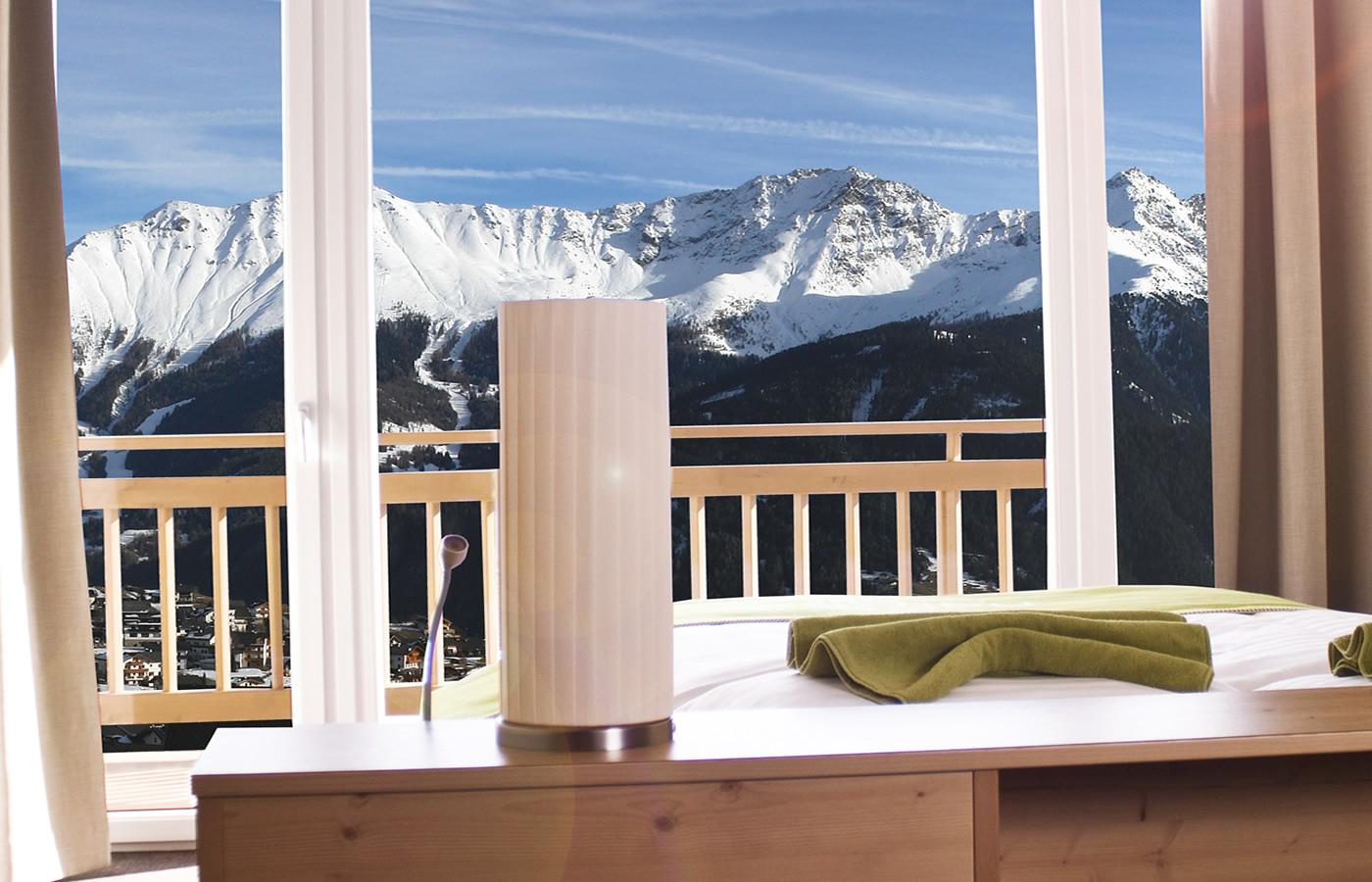 Panoramablick vom Bett im Natürlich. Hotel in Fiss, Tirol.