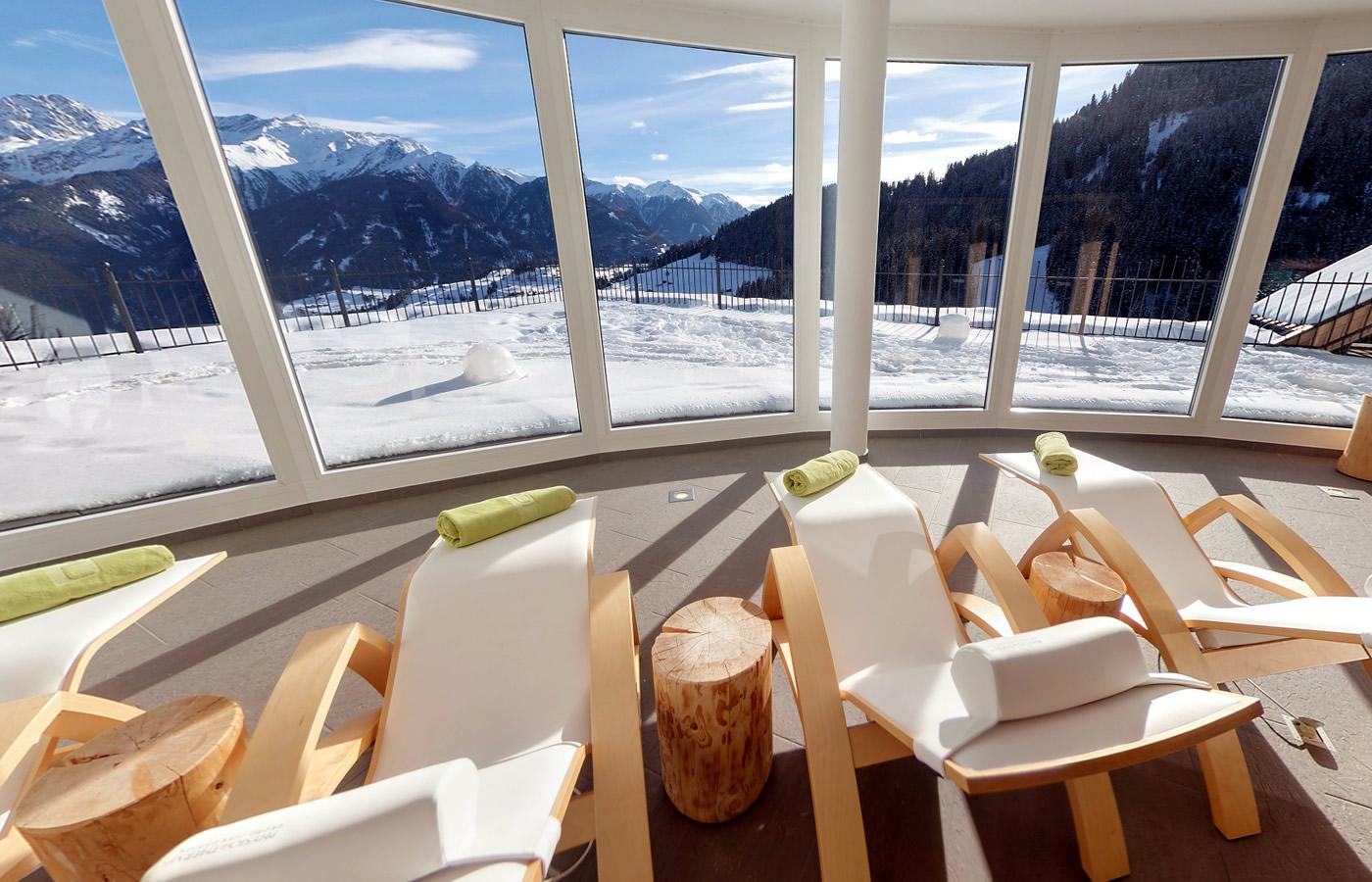 Aussicht Wellnessbereich von Hotel Natürlich in Fiss, Tirol.