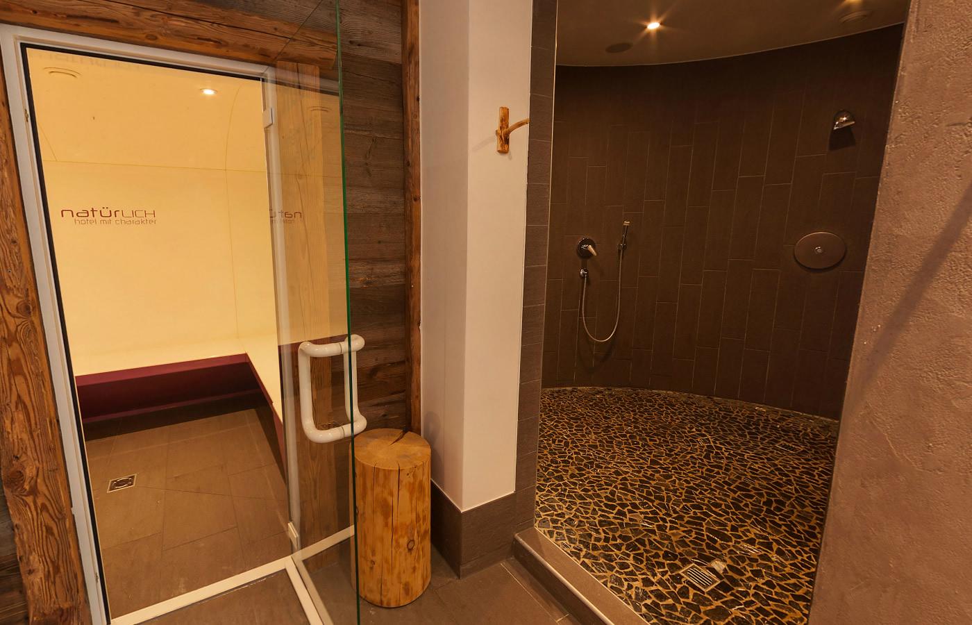Dampfbad und Duschen des Hotels.